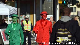 科隆市街頭出現模仿紅綠燈小人兒的街頭藝術家(圖片來源: 德國之聲)