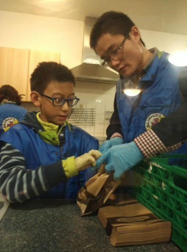 小同工在幫大同工穿上手套